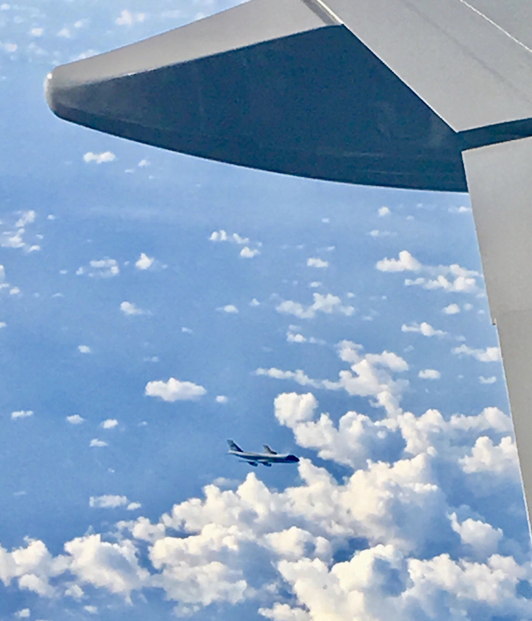 A view from the air en route to Japan.   AF1 support plane below. #POTUSinAsia https://t.co/RLGHDpBpb6