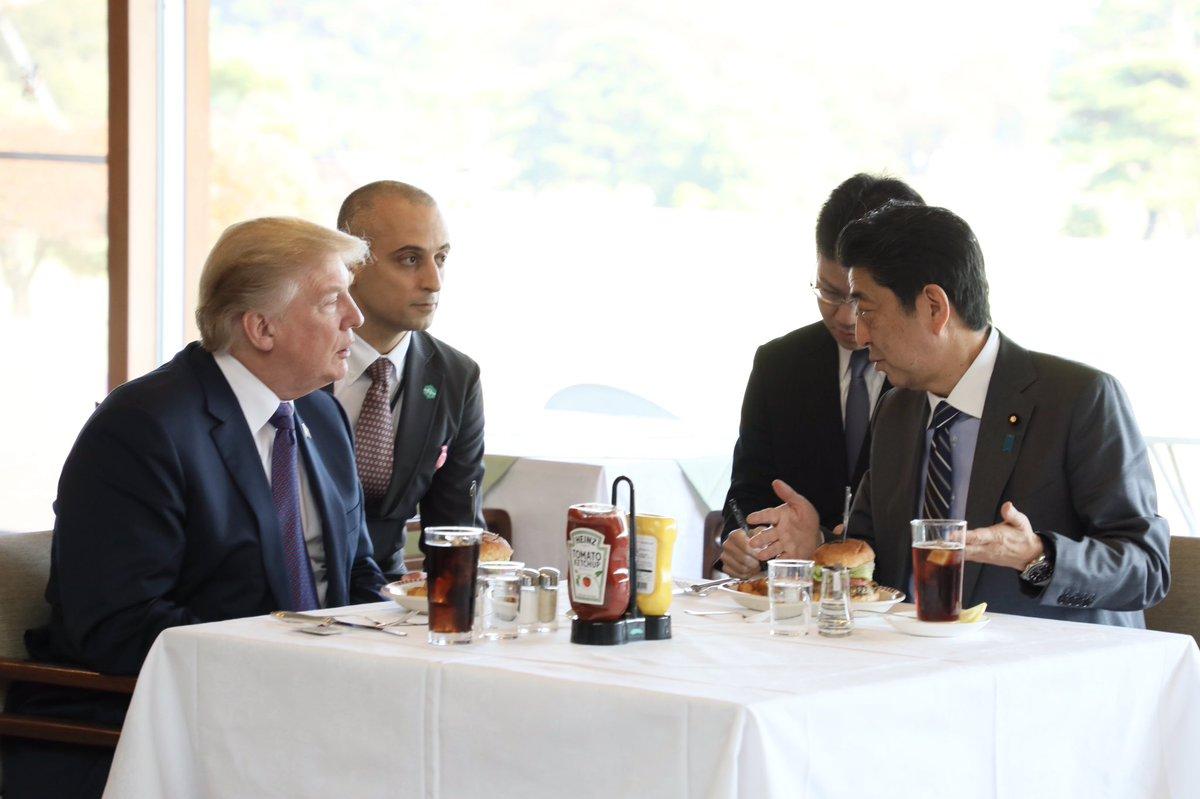 トランプと安倍ちゃん、昼飯はハンバーガー🍔  [511393199]->画像>66枚