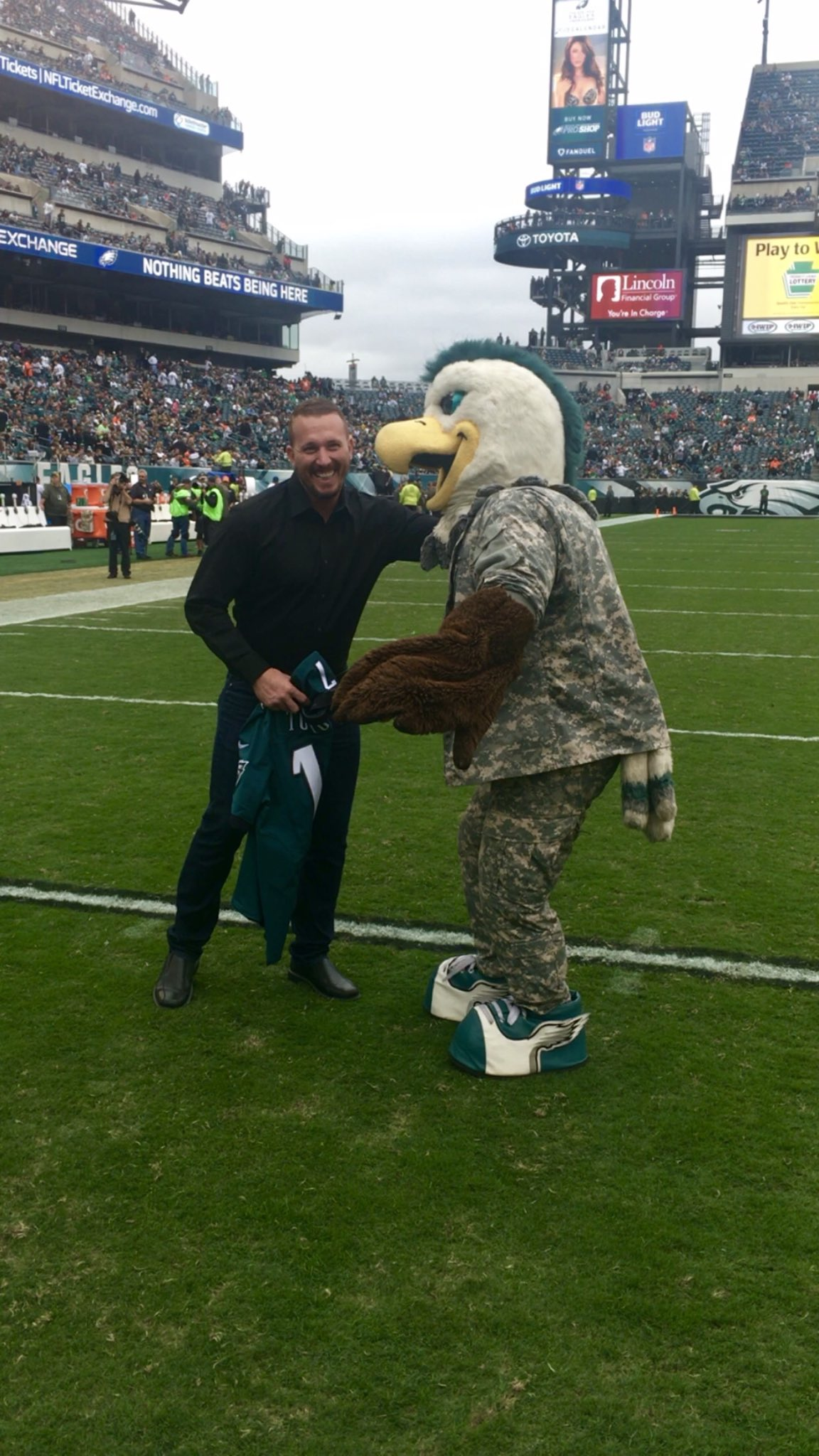Look who's Honorary Captain for the #EaglesSalute game! Thanks to @Dakota_Meyer for supporting our #vets! https://t.co/xlizzaQz7s