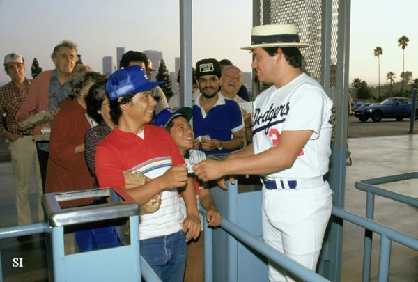 Fernando Valenzuela greets fans at Dodger Stadium before a Sept. 1986 game: https://t.co/ISOqlwgU1l