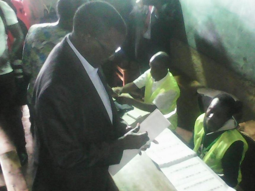 Maraga votes in Nyamira, declines to comment on election