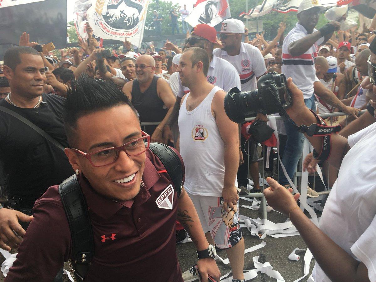 No Pacaembu, multidão chama Gilmar Mendes de 'ladrão' e 'corrupto'