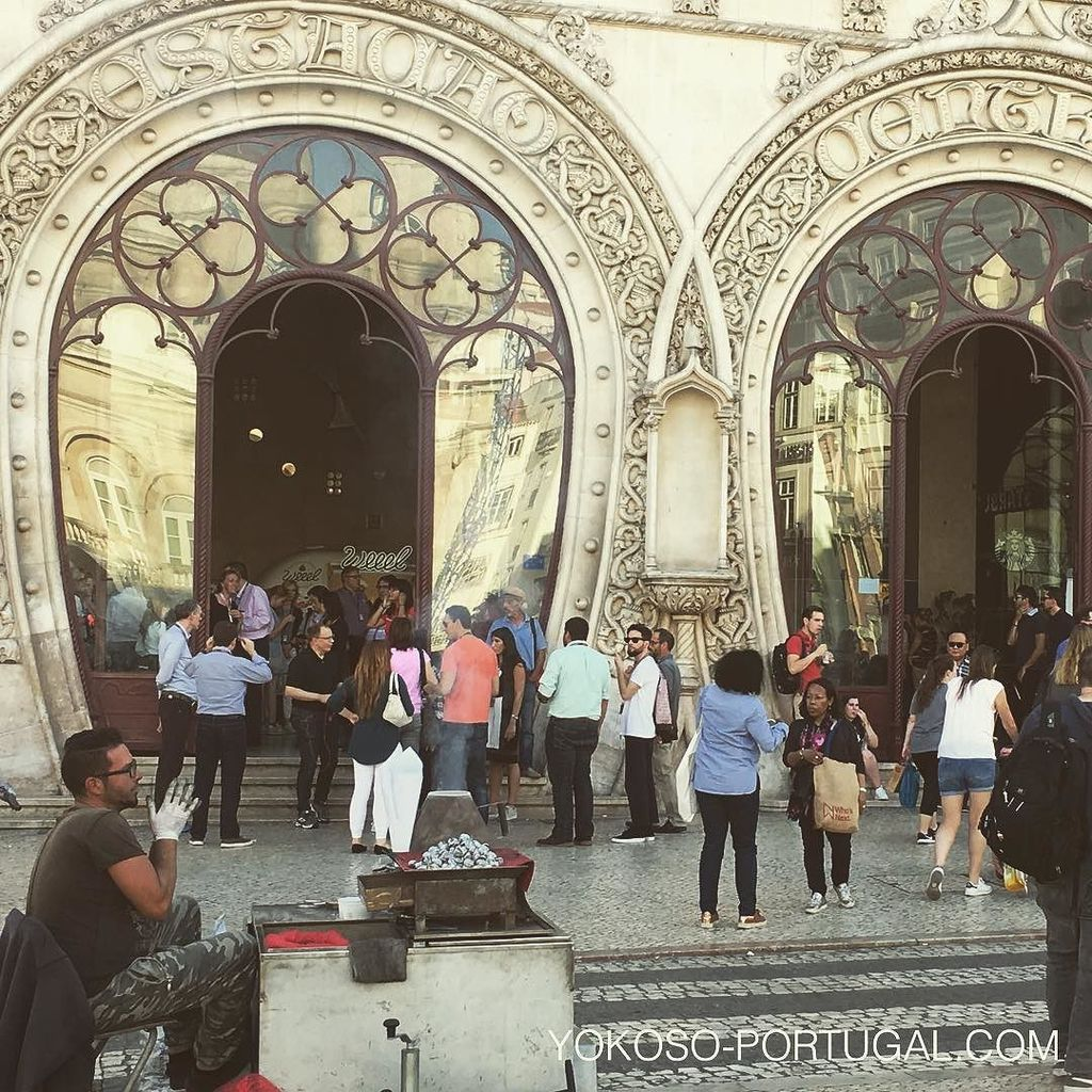 test ツイッターメディア - ロッシオ駅前のくりやさん。12個入りで2.5ユーロです。 #リスボン #ポルトガル https://t.co/w46LrUMFuK