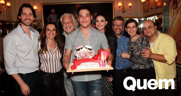 Antonio Fagundes. Foto do site da Quem Acontece que mostra Virou uma grande família! Antônio Fagundes reúne atual e ex em noite de comemoração
