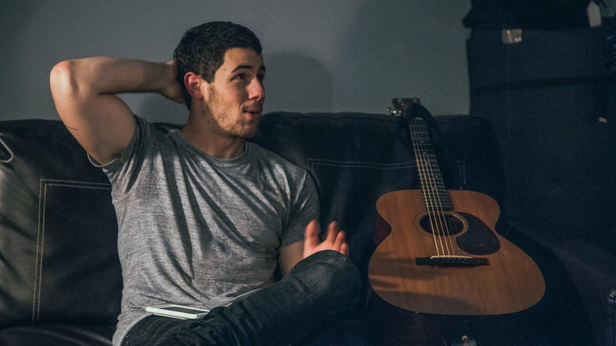 A man and his guitar. https://t.co/EicDjhMZkN