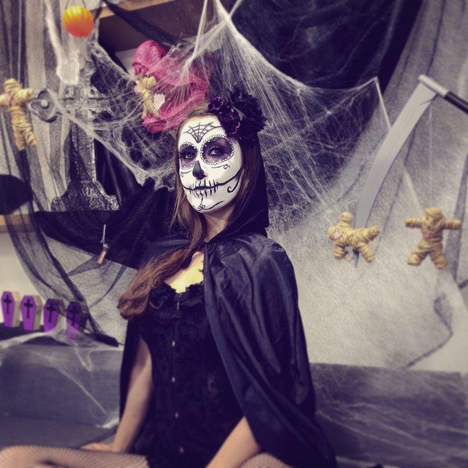 Dans 15 min online sur https://t.co/j8wJ3yAP3O 😉 venez jouer ! #halloween #makeup #halloweenmakeup #show