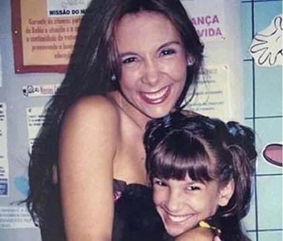 Carla Perez. Foto do site da BN Holofote que mostra Lore Improta parabeniza Carla Perez e surpreende com foto antiga das duas