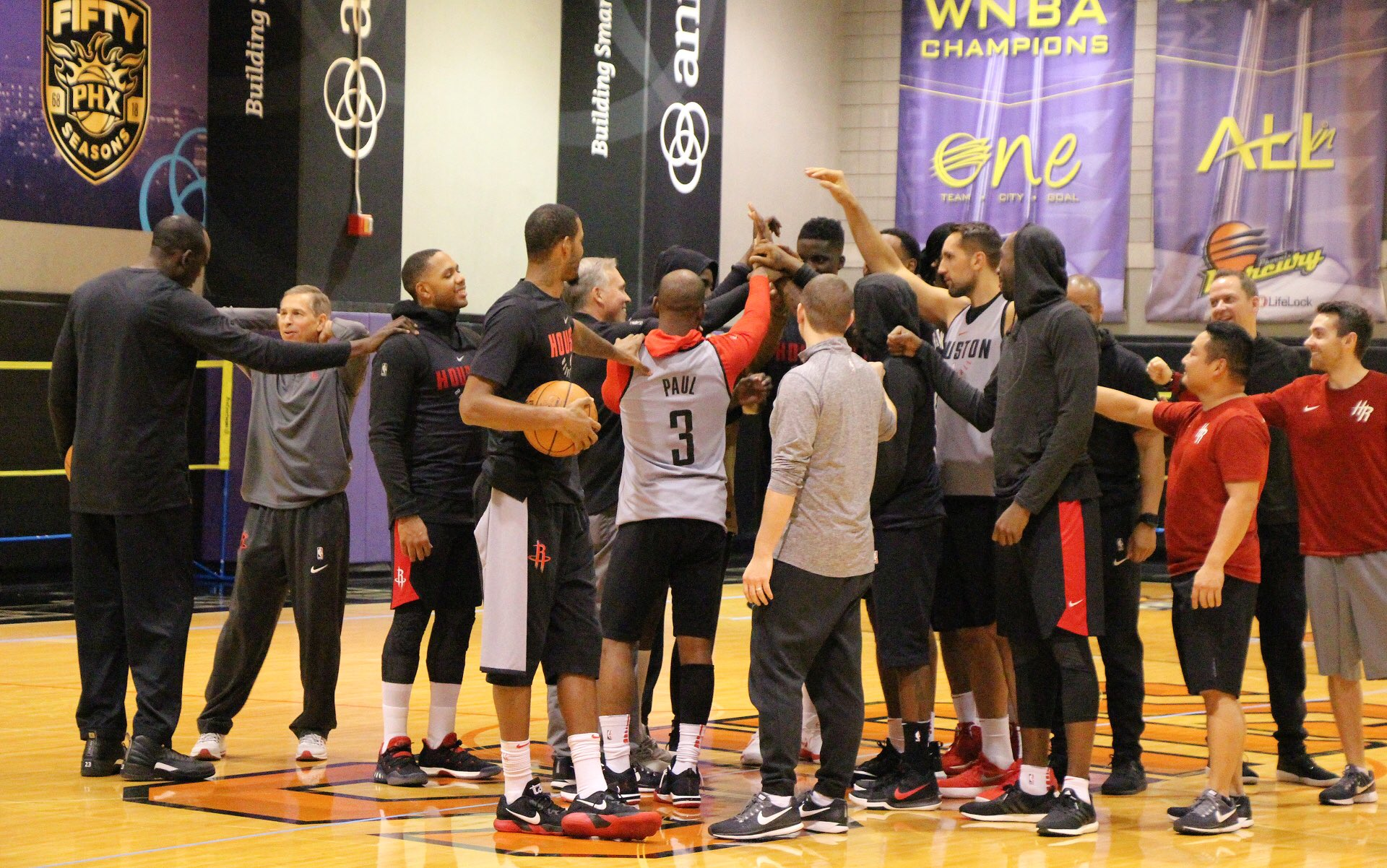 Putting in work at practice before heading to Memphis.   #RunAsOne �� https://t.co/6QrKJqXal7