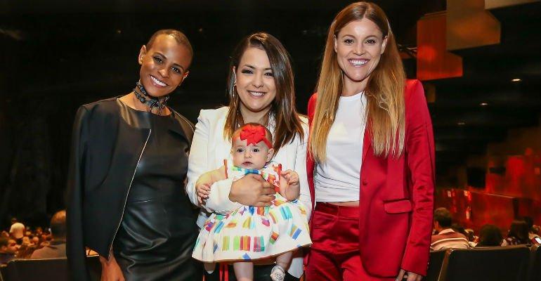 Aline Wirley. Foto do site da Caras Brasil que mostra Aline Wirley, Lissah Martins e Fantine Thó prestigiam 'Les Misérables'