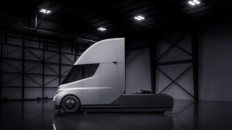 Tesla unveils electric truck with 500-mile range — and teases a new sports car https://t.co/qJh0LX66Wi https://t.co/PgWO551mJ6