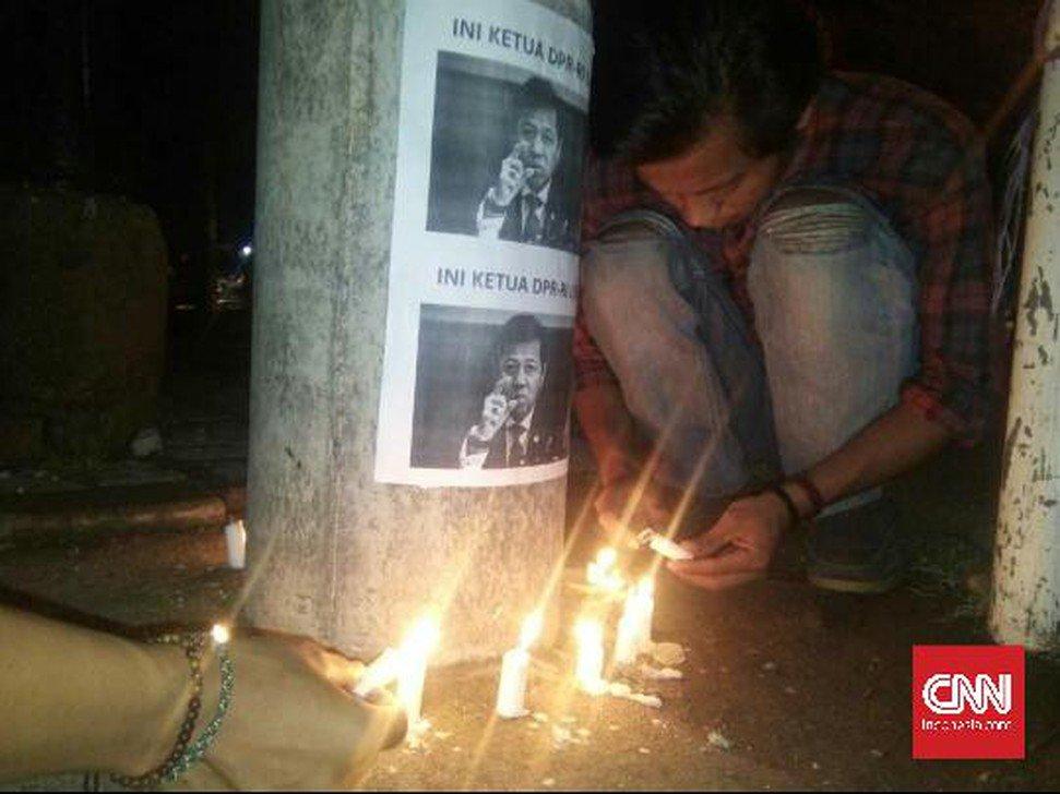 RT @CNNIndonesia: Di Bawah Tiang Listrik, Mahasiswa Kirim Doa Untuk Setnov https://t.co/MOeBqYDBkp https://t.co/0j4utOjnLJ