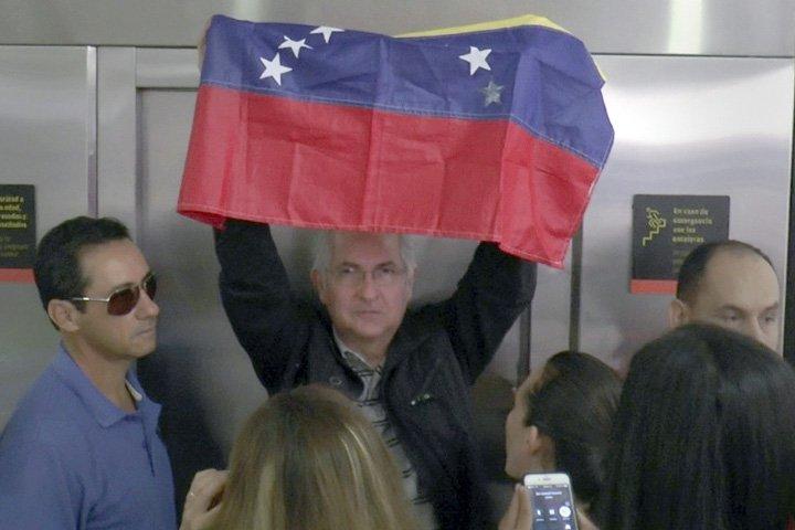 @BroadcastImagem: Ex-prefeito de Caracas escapa de prisão domiciliar e foge para a Colômbia. Efrain Patino/AP