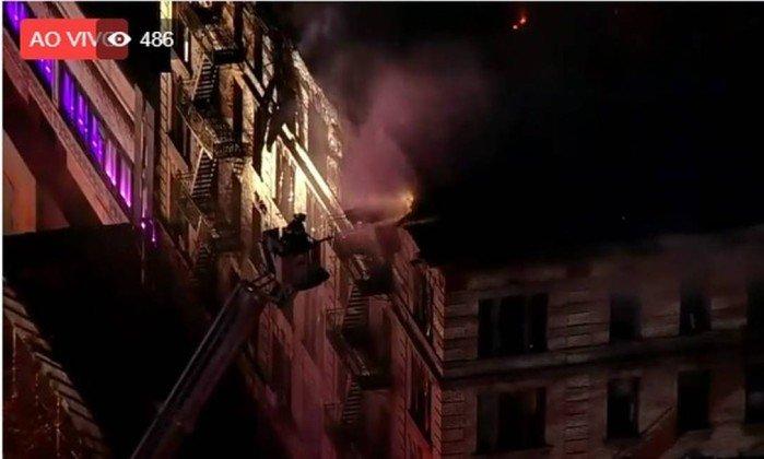 Fogo atinge prédio em Manhattan e mobiliza mais de 200 bombeiros.