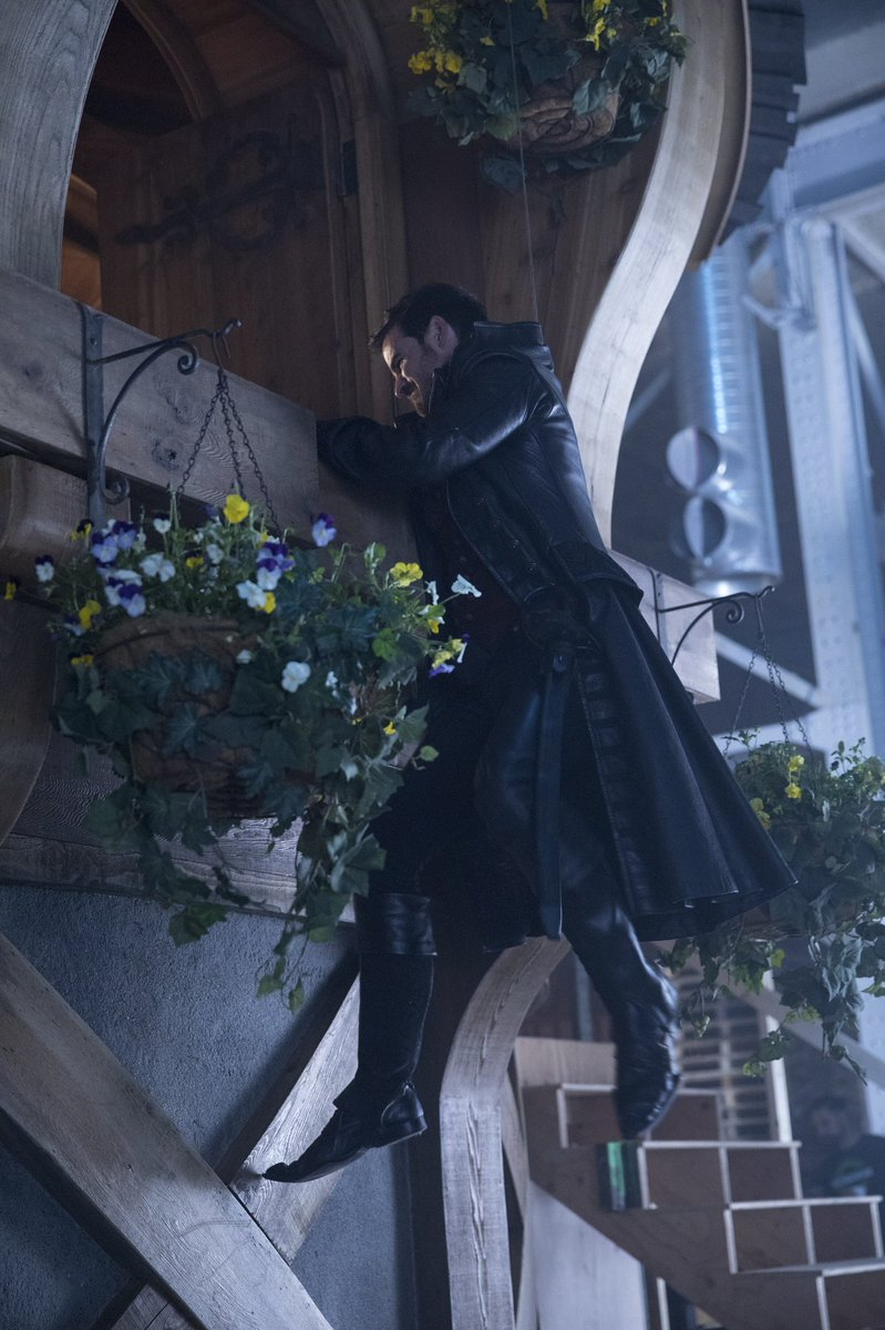 An all-new two hour #OnceUponATime event starts now! Please retweet if you're watching!