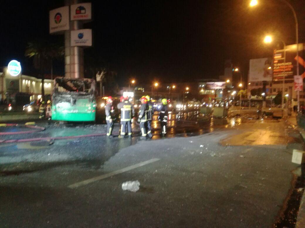 VIDEO | Desconocidos incendian bus del Transantiago en Alameda en cercanías de la Usach