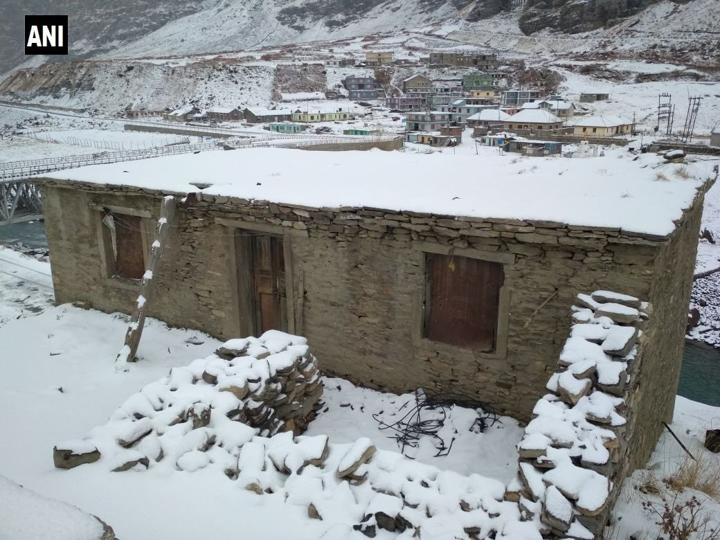 Himachal Pradesh #LatestVisuals of snowfall in Dhundi