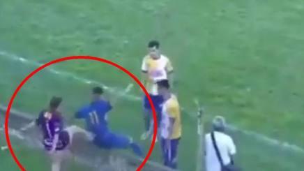 Uruguay: tifosa tira calcio nel sedere all'attaccante avversaria