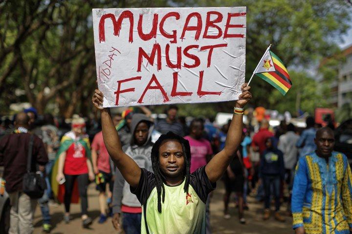 @BroadcastImagem: Zimbábue: milhares de pessoas protestam em Harare pela saída de Mugabe do poder. Ben Curtis/AP