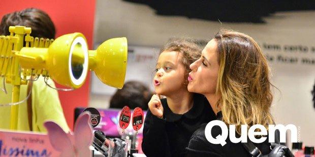 Guilhermina Guinle. Foto do site da Quem Acontece que mostra Guilhermina Guinle se diverte com filha em loja de maquiagem