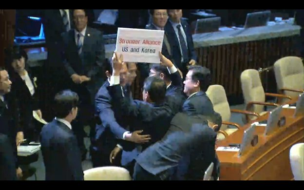 A scuffle on the Korean Assembly floor with someone trying to bring a placard into the chamber https://t.co/qEuD7vS0c7