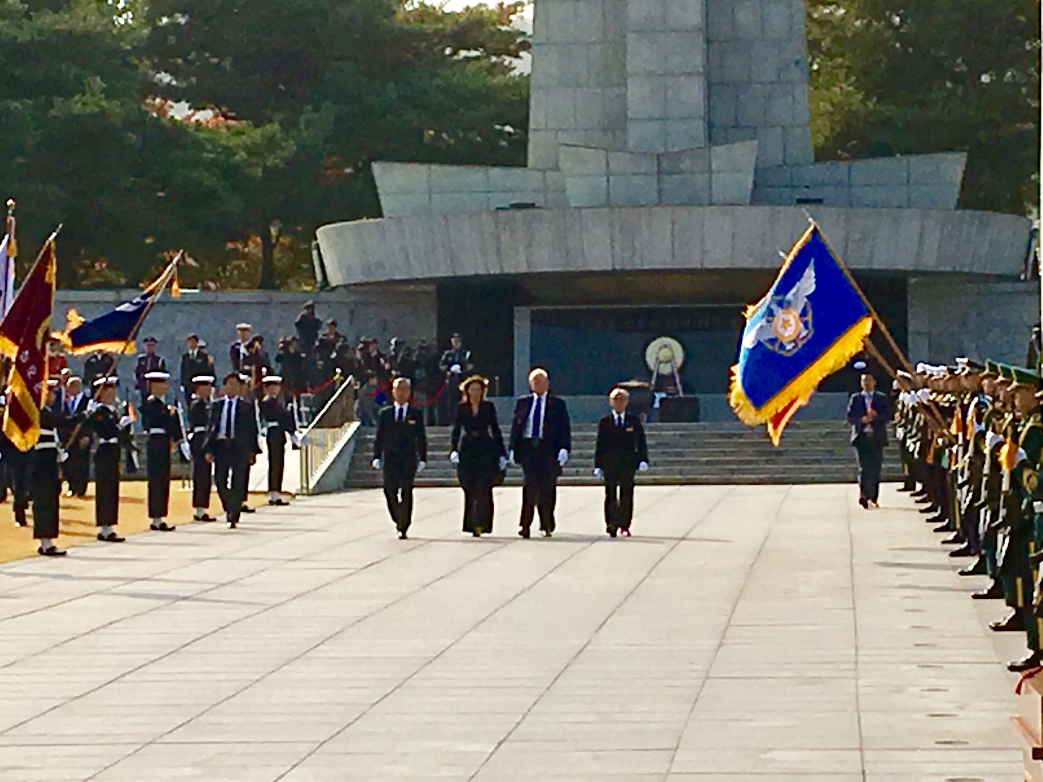 .@POTUS and @FLOTUS lay a wreath at Seoul National Cemetery honoring the lives lost defending freedom. #POTUSinAsia https://t.co/wrwgw9bnzN