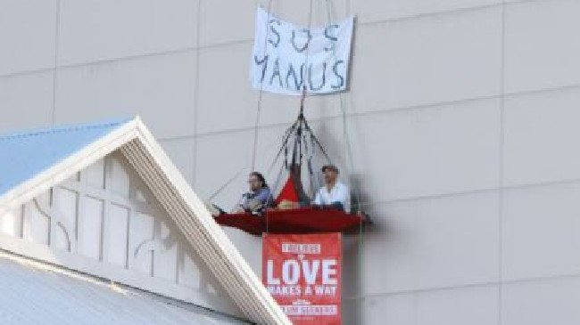 Two Manus Island protesters suspend themselves four storeys above Julie Bishop's Perth office
