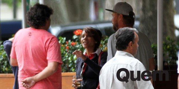 Aparecida Petrowky. Foto do site da Quem Acontece que mostra Solteira, Aparecida Petrowky toma chope com amigos no Rio