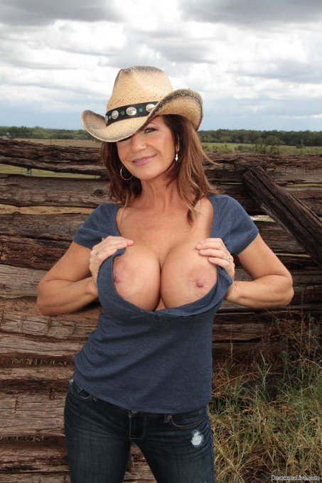 ... well #Howdy! 🤠rt  Join me at https://t.co/3eIGqJMnFc! 244 vids 16,000 pics 34 sites free 60 live