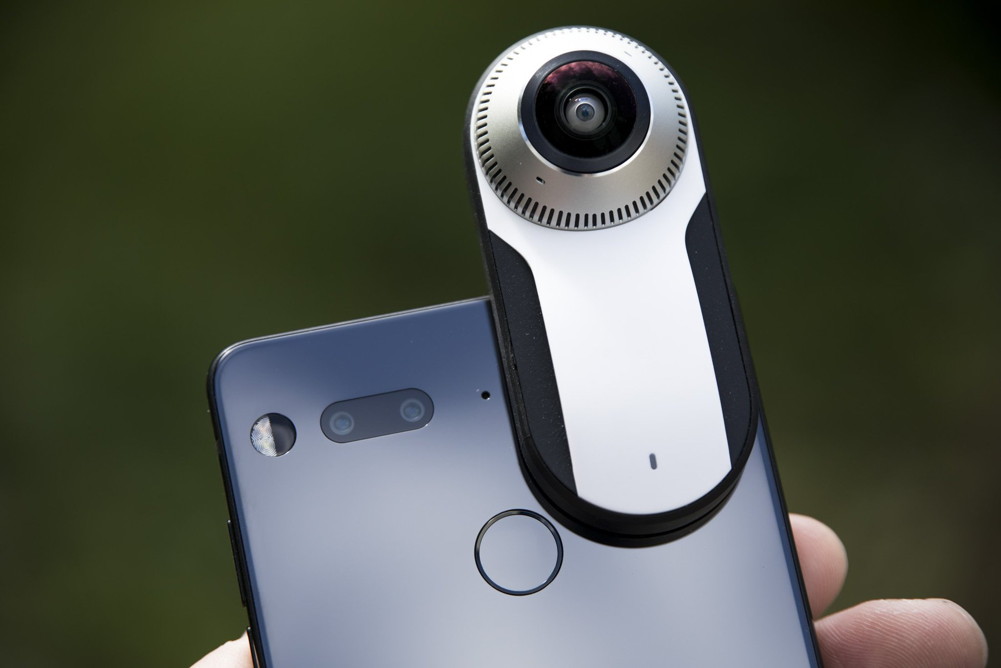 Essential Phone can now stream live to Facebook from the 360 camera add-on https://t.co/td7avK8WG8 by @etherington https://t.co/7BWNTD4giM