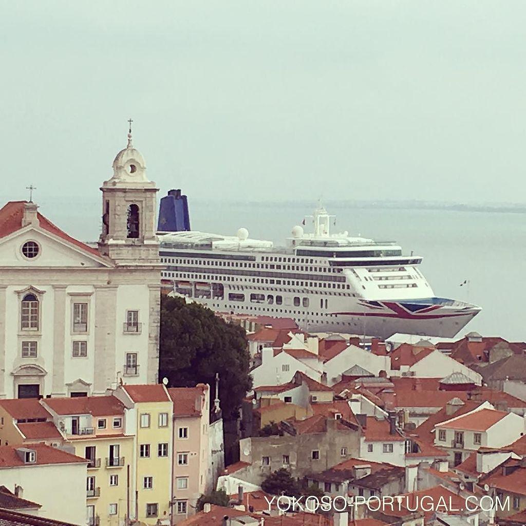 test ツイッターメディア - リスボンのアルファマ地区と、サンタ・アポロニア港停泊する大型客船。 #リスボン #ポルトガル https://t.co/RY5qoqw0L7