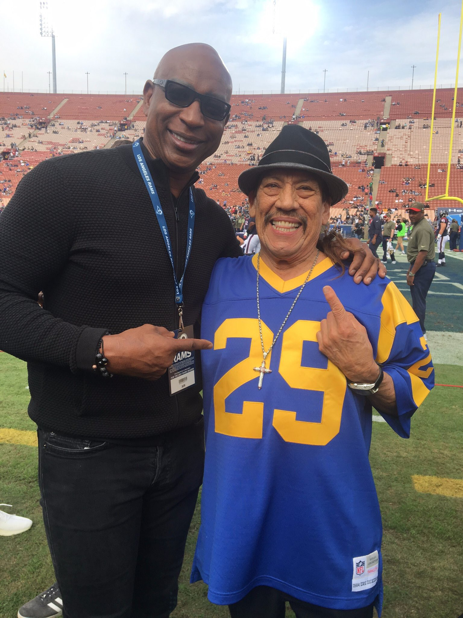Name a more iconic duo! ��@officialDannyT @EricDickerson @RamsNFL https://t.co/KCgQDEM3Kq