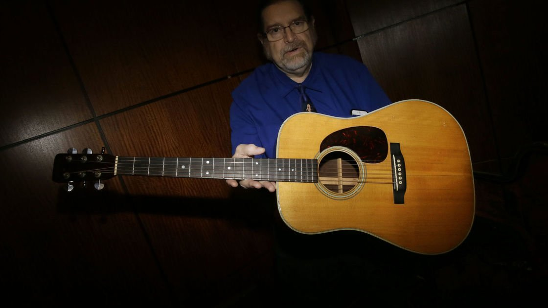Tangled Up in Green: Dylan guitar sells for nearly $400,000