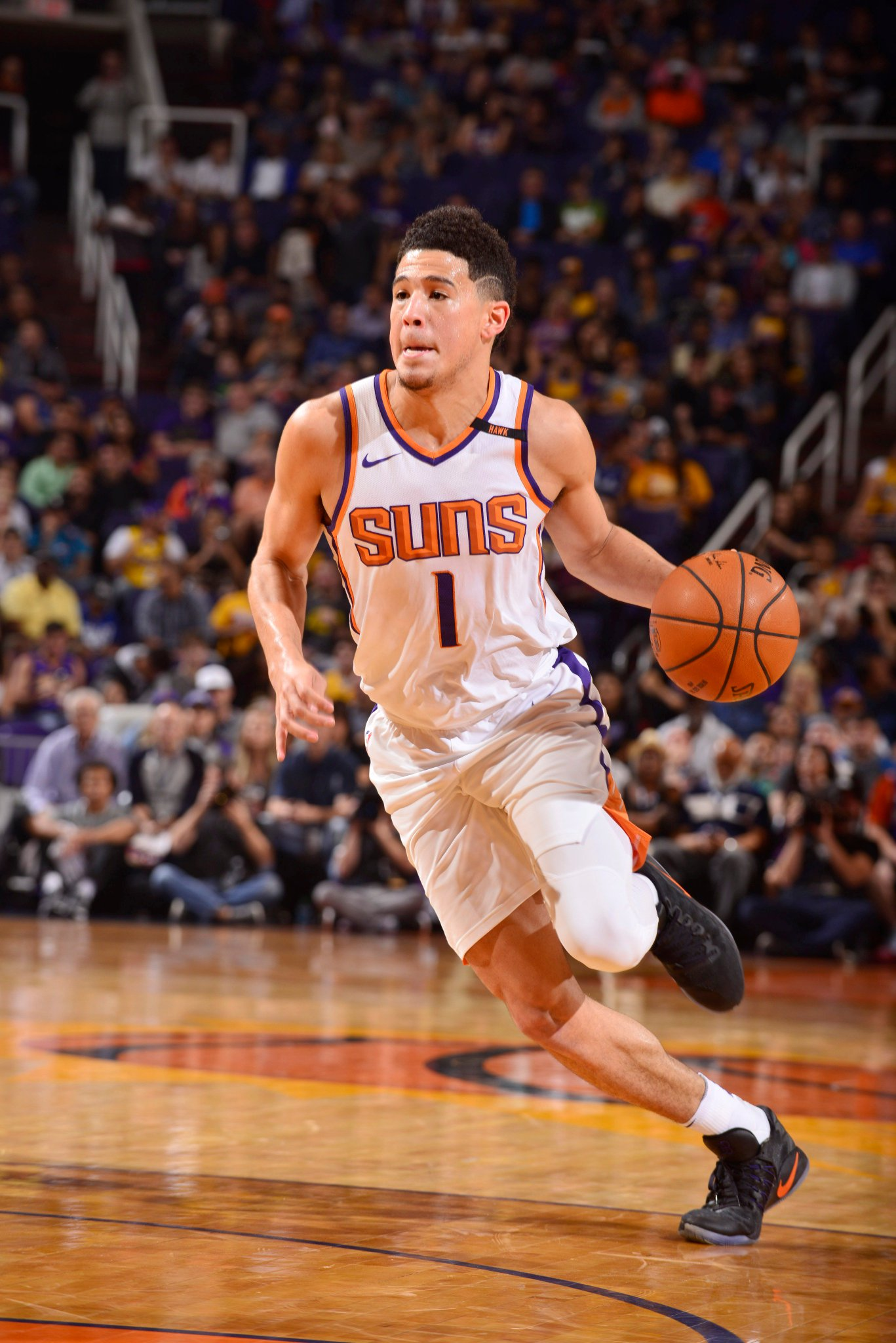 Devin Booker has the hot hand at the half with 22 points.  @Suns hold 44-43 over @Lakers on #NBA League Pass. https://t.co/5jzmsBfxv7