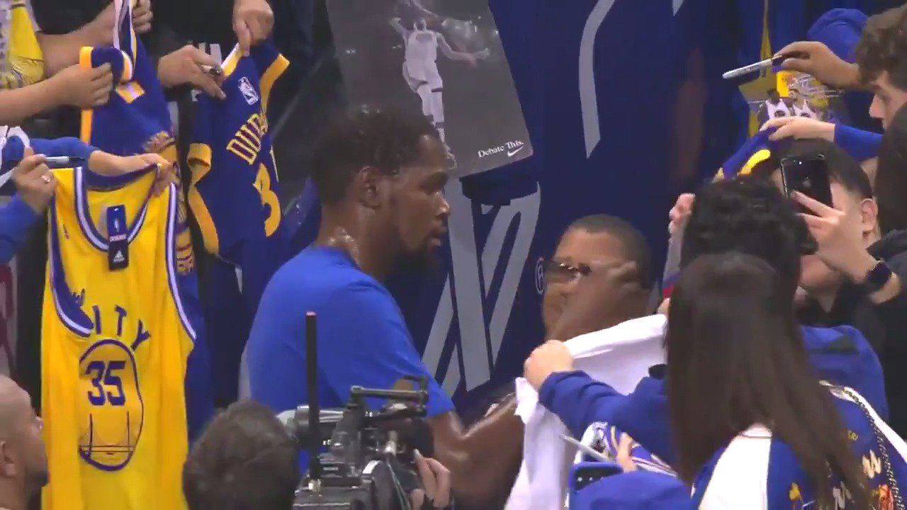 Pre-game autograph work from KD! #ThisIsWhyWePlay https://t.co/p0oTppoBHW