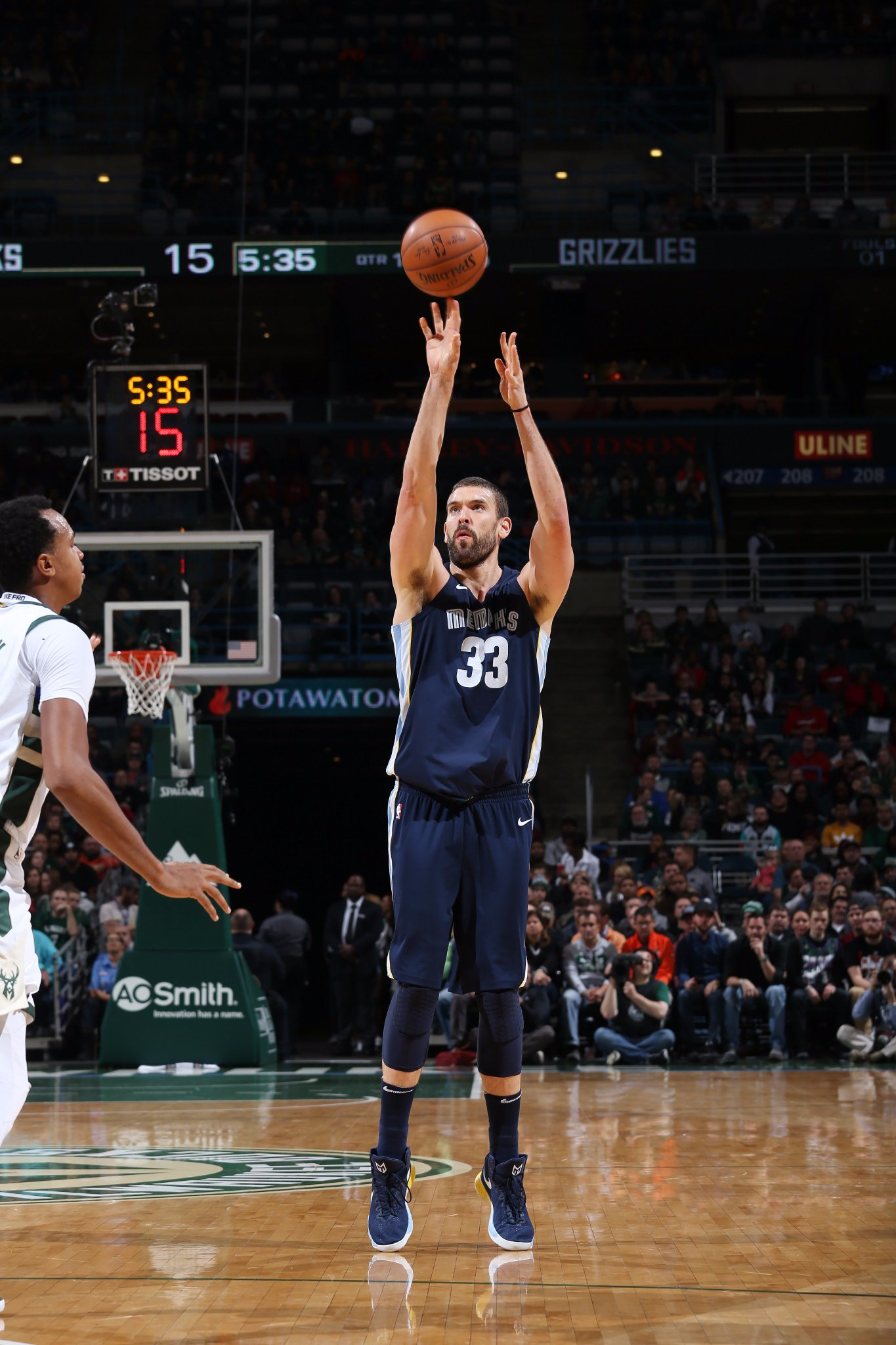 Halftime in MIL.  Gasol has 8 PTS, 6 REB & 5 AST. @memgrizz lead @Bucks 65-60 on road.   Giannis: 16 points. https://t.co/5Az9ce3HjB