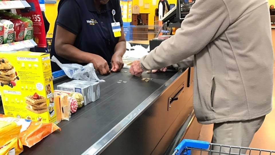 Photo of cashier helping nervous man count change goes viral https://t.co/0dap7etX0f https://t.co/tl6zyy8XcX