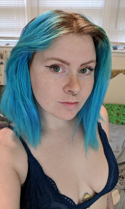 Cute blue haired girl on your screen here!  https://t.co/wHp60DMqVn https://t.co/VYX7lodyW5