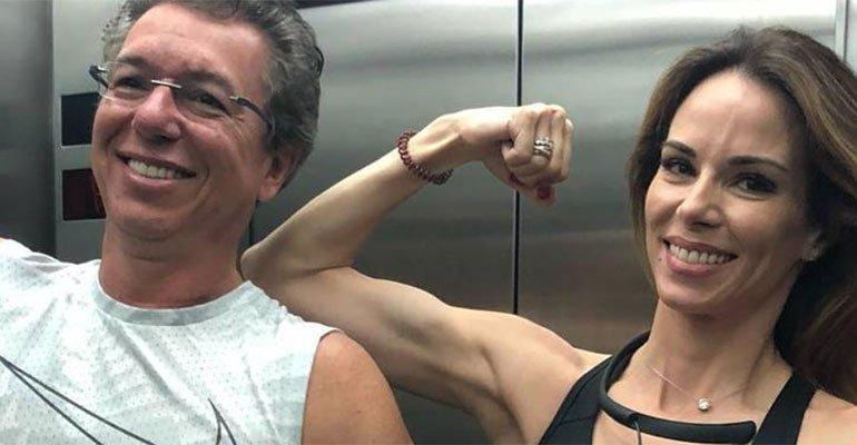 Ana Furtado. Foto do site da Caras Brasil que mostra Boninho e Ana Furtado mostram o muque em frente ao espelho: 'Casal fit'
