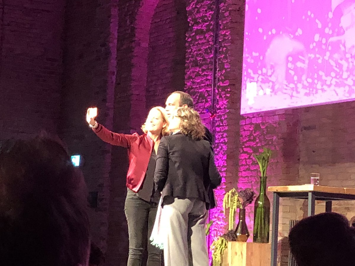 test Twitter Media - Wenn der Vortrag mit einem #Selfie beginnt. Zwei Expertinnen nehmen den Herrn in die Mitte. Gefällt mir @mmeckel @claudianemat #hagenrickmann #Digitalisierung #telekomdialog https://t.co/wt28vvykVO