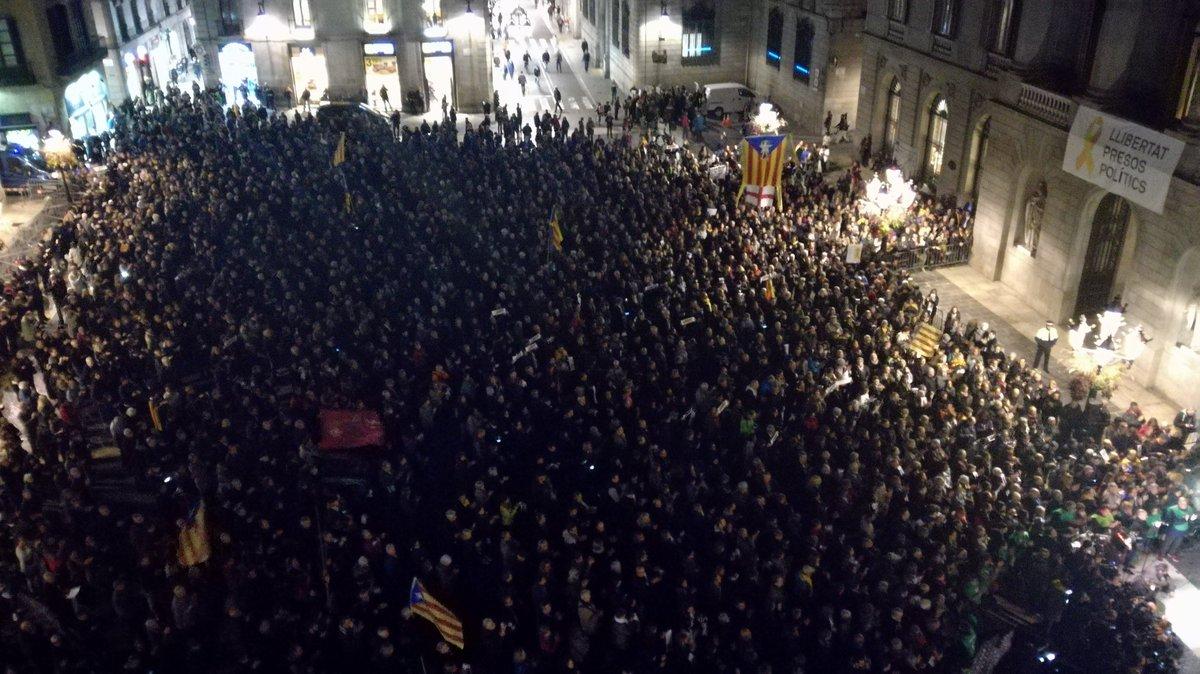 RT @lluipujol: La Plaça Sant Jaume, plena per recordar els #Jordis un mes després de ser empresonats @324cat @tv3cat https://t.co/MlNKqSblJW