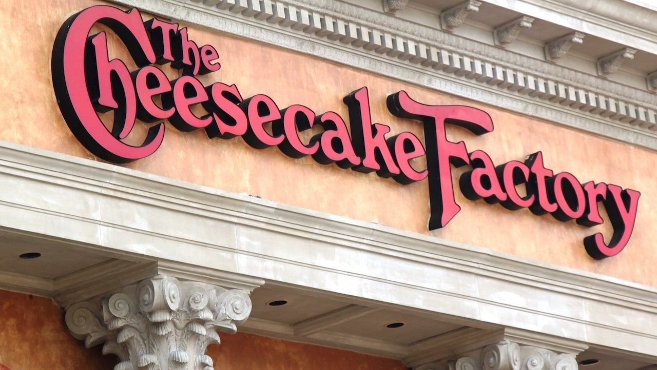 "If you want a fully immersive ""postmodern design hellscape"" themed dining experience I highly recommend dinner at The Cheesecake Factory  from a design perspective that place is fuckin wild and I'll talk a little bit about why https://t.co/0RHFDjKsuo"