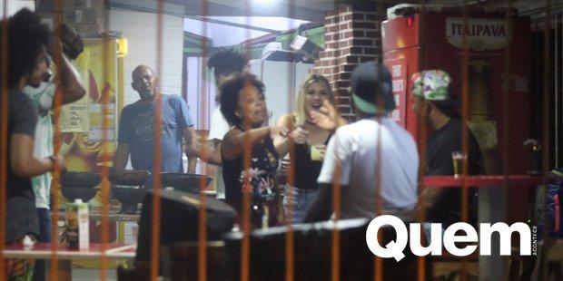 Dani Calabresa. Foto do site da Quem Acontece que mostra Dani Calabresa e Luis Miranda se divertem em barzinho no Rio.