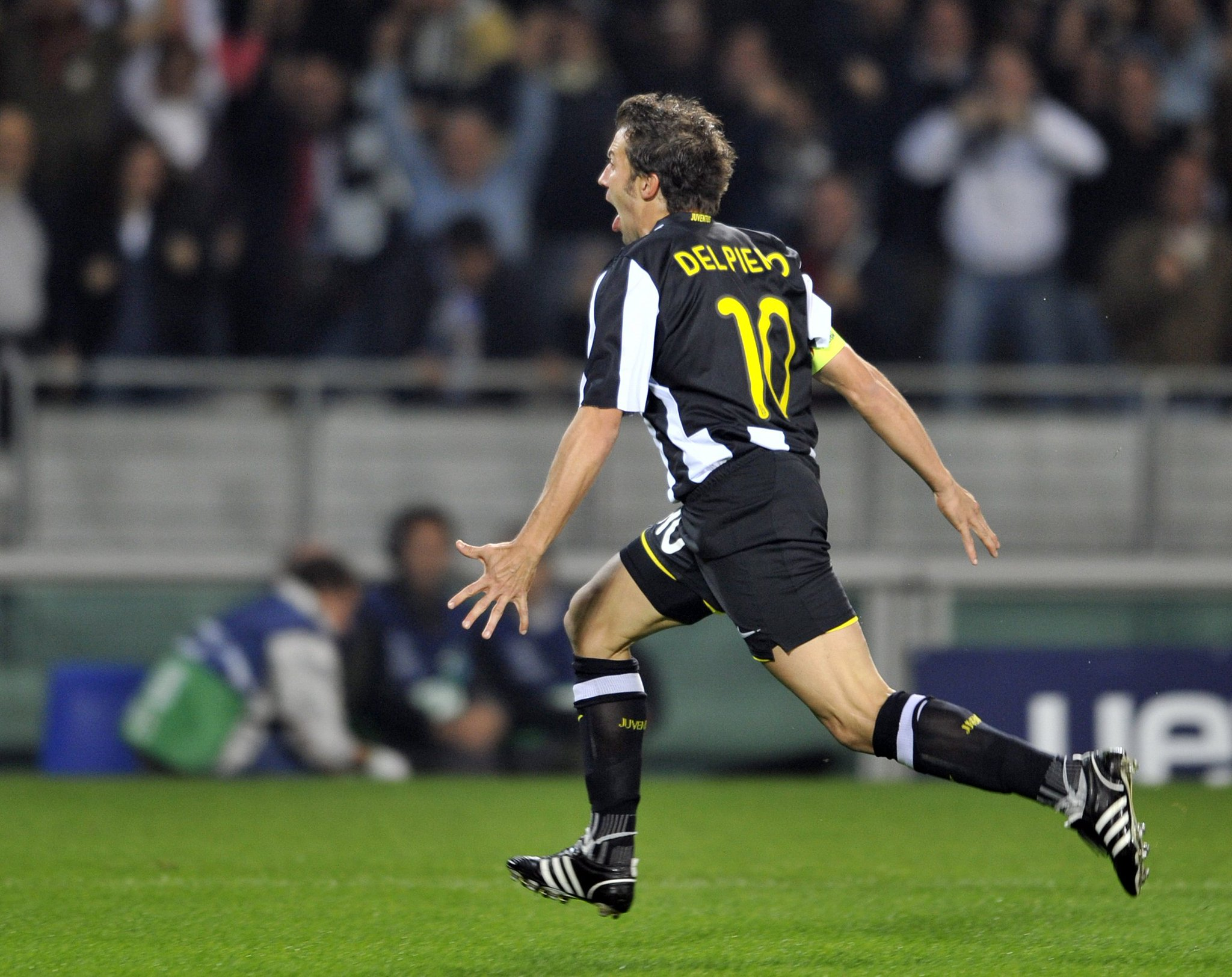 Alessandro Del Piero + #UCL = 💪  #ThrowbackThursday #TBT https://t.co/UzcLWZrzJS