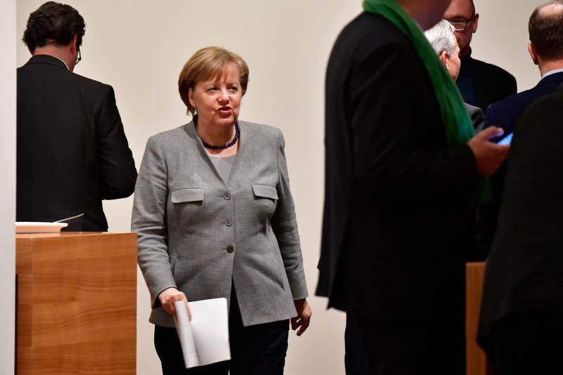 Angela Merkel struggles to avert coalition talks collapse