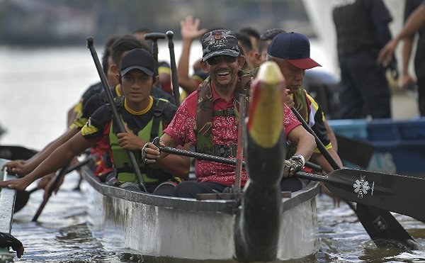 Brunei Sultan joins Sarawak long boat race, wins VIP category