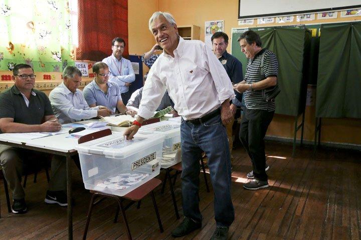 @BroadcastImagem: Candidato favorito na eleição presidencial do Chile, Sebastián Piñera vota em Santiago. Esteban Felix/AP