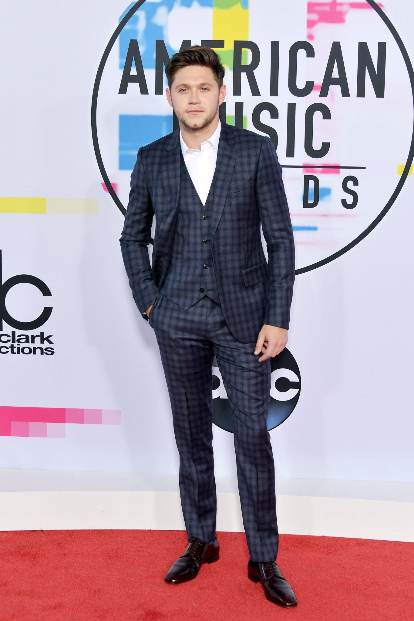 .@NiallOfficial's looking dapper as ever, ahead of his #AMAs performance of #SlowHands. #NIALLxAMAs https://t.co/UeGlficP5B