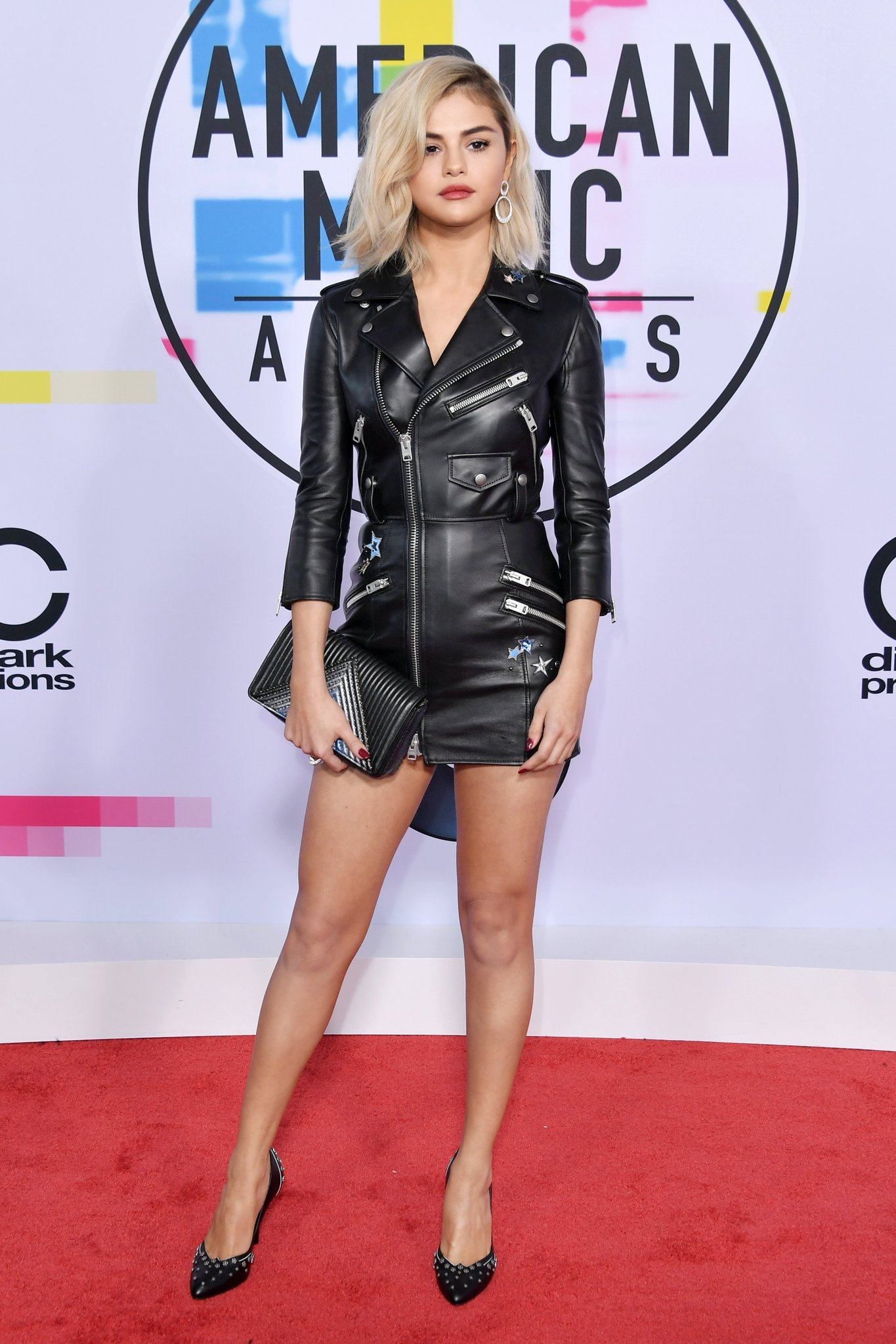 Wow, @SelenaGomez just shut it down on the red carpet -- see more #AMAs fashion right here: https://t.co/Z8UfkEqHQi https://t.co/IySmm1H8pW