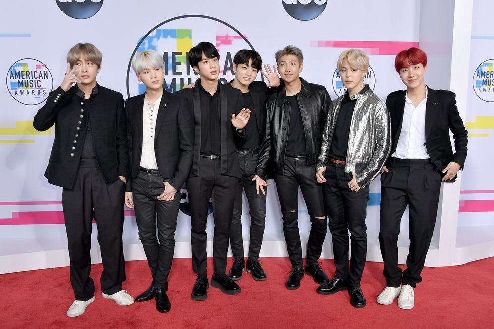 Nothing to see here, just the @BTS_twt boys at the #AMAs: https://t.co/IYa5TjMYgq #BTSxAMAs �� https://t.co/I7gyQvgx8S