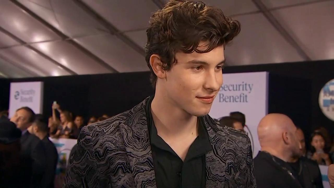 No doubt in @ShawnMendes' mind that he is excited for @thegreatkhalid tonight.  #AMAs @AMAs https://t.co/TJbUPayLiv